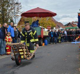 Feuerwehr Niedermittlau beim Schubkarrenrennen stark vertreten